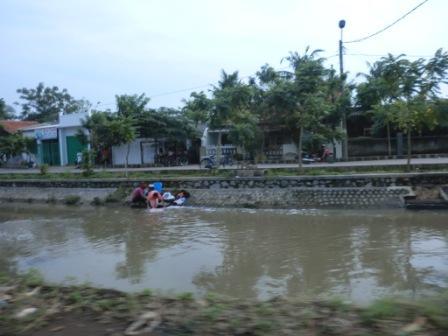 Ibu-ibu di kosambi mencuci di sungai